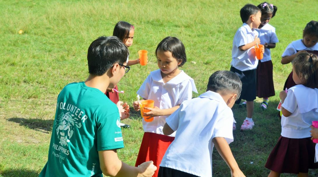 フィリピンの子供たちに歯磨き指導を行う高校生の公衆衛生ボランティア